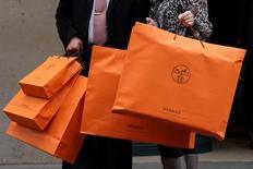 Axel Dumas, gérant d'Hermès, défend une nouvelle fois l'indépendance du groupe de luxe et invite LVMH, qui contrôle 23% de son capital, à céder sa participation. /Photo d'archives/REUTERS/Philippe Wojazer