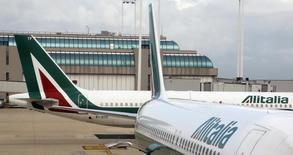 Le nombre de suppressions de postes chez Alitalia devrait être de 2.400 à 2.500, déclare mardi le ministre du Travail et des Politiques sociales Giuliano Poletti, alors que la compagnie aérienne négocie l'entrée d'Etihad Airways dans son capital. /Photo d'archives/REUTERS/Stefano Rellandini
