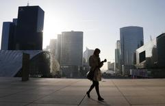 La France a réintégré le Top 10 d'un classement annuel qui mesure la confiance qu'inspirent les différents pays en matière d'investissements directs à l'étranger (IDE). Reléguée au 17e rang en 2012, la France était remontée en douzième position l'année dernière. /Photo prise le 10 avril 2014/REUTERS/Gonzalo Fuentes