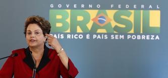 La présidente brésilienne Dilma Rousseff a déclaré mardi lors d'une interview avec quelques journalistes étrangers ne pas pouvoir expliquer pourquoi l'économie de son pays ralentissait après des années de forte croissance. /Photo prise le 20 mai 2014/REUTERS/Paulo Whitaker