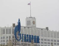 Реклама Газпрома у Дома правительства РФ в Москве, 8 февраля 2013 года. Российский президент Владимир Путин предложил правительству подумать над докапитализацией государственного Газпрома на сумму, которая нужная для строительства инфраструктуры для транспортировки газа в Китай. REUTERS/Maxim Shemetov