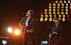 Chris Martin (L)  performs with his band Coldplay in the Olympic Stadium during the closing ceremony of the London 2012 Paralympic Games September 9, 2012.     REUTERS/Suzanne Plunkett