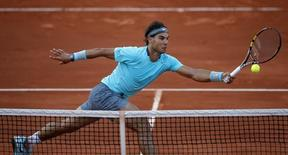 Rafael Nadal of Spain returns the ball to his compatriot David Ferrer during their men's quarter-final match at the French Open tennis tournament at the Roland Garros stadium in Paris June 4, 2014. REUTERS/Stephane Mahe