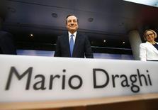Conférence de presse à Francfort du président de la Banque centrale européenne, Mario Draghi. L'institution a annoncé jeudi une réduction de ses principaux taux directeurs à de nouveaux plus bas historiques et le passage en territoire négatif  du taux de la facilité de dépôt (-0,10%). Ce premier volet d'un nouvel assouplissement de la politique monétaire de la BCE est destiné à lutter contre la faiblesse de l'inflation au sein de la zone euro. /Photo prise le 5 juin 2013/REUTERS/Ralph Orlowski.