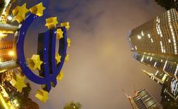 Logotipo do euro fotografado em frente à sede do Banco Central Europeu, em Frankfurt. O BCE reduziu sua estimativa para a inflação na zona do euro nesta quinta-feira, projetando que ela alcançará 1,4 por cento em 2016, ainda mais longe da meta de abaixo mas próximo de 2 por cento.  2/09/2013.  REUTERS/Kai Pfaffenbach