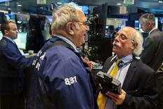 En la imagen, operadores en la bolsa de Nueva York el 2 de junio de 2014. El índice S&P 500 alcanzó el jueves un récord intradiario por séptima vez en ocho sesiones después de que el Banco Central Europeo (BCE) recortó tasas de interés a mínimos históricos. REUTERS/Lucas Jackson