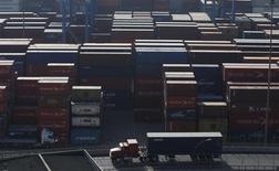 Imagen de archivo de una serie de contenedores almacenados en el puerto de Valparaíso, Chile, abr 5 2013. La economía chilena creció un 2,3 por ciento interanual en abril y ratificó la desaceleración de los últimos meses, lo que supone cierta presión al Banco Central para que relaje más su política monetaria, pese a que la mirada del ente está puesta más en los próximos datos de inflación. REUTERS/Eliseo Fernandez