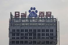 El logo de Baidu en un edificio en construcción en Wuhan, China, ago 31 2012. Los censores chinos están investigando 52 páginas web de compañías entre las que se incluyen el motor de búsquedas Baidu y la firma de videos online Youku Tudou por supuesta distribución de contenido violento y pornográfico, reportó el jueves la agencia oficial de noticias Xinhua. REUTERS/Stringer IMAGEN SOLO PARA USO EDITORIAL