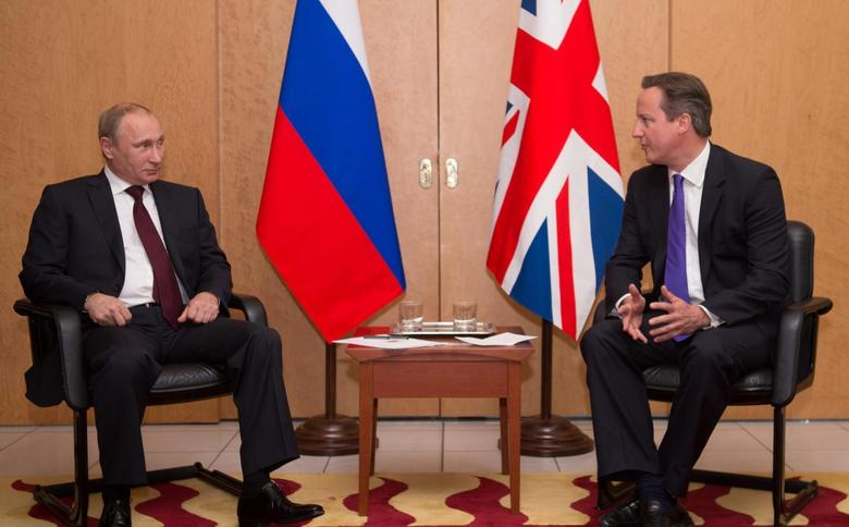 Britain's Prime Minister David Cameron (R) talks with Russian President Vladimir Putin at a meeting at Charles De Gaulle Airport in Paris, France June 5, 2014.   REUTERS/Stefan Rousseau/Pool