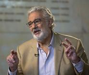 Cantor de ópera espanhol Placido Domingo gesticula durante entrevista à Reuters no Pavilhão Dorothy Chandler em Los Angeles.  REUTERS/Mario Anzuoni