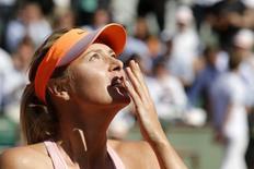 Tenista russa Maria Sharapova manda um beijo ao comemorar a vitória sobre a canadense Eugene Bouchard na semifinal do Aberto da França, em Paris, nesta quinta, 5 de junho. REUTERS/Jean-Paul Pelissier