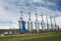 Planta de gas natural Las Malvinas del proyecto Camisea cerca de Cuzco. 3 de abril de 2012. REUTERS/Enrique Castro-Mendivil. Tres grupos de firmas internacionales precalificaron para la licitación de la construcción de un gasoducto de 4.000 millones de dólares en Perú, un pieza clave de un plan energético que se adjudicará a fines de junio, dijo el jueves el Gobierno.