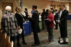 Buscadores de empleo esperan para reunirse con personas en un evento en la ciudad de Nueva York, 24 de octubre de 2012. Los empleadores de Estados Unidos mantuvieron en mayo un ritmo sólido de contrataciones, con lo que el empleo regresó a su nivel previo a la recesión, ofreciendo una confirmación de que la economía se recuperó rápido del declive en el invierno boreal.REUTERS/Mike Segar