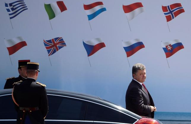 Ukraine president-elect Petro Poroshenko (R) arrives to attend the 70th Commemoration D-Day Ceremony at Sword Beach, Ouistreham, June 6, 2014. REUTERS/Alain Jocard/Pool
