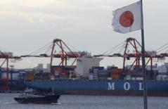 Le port de Tokyo. La croissance de l'économie japonaise du premier trimestre a été révisée à la hausse par rapport aux premières estimations, grâce notamment au bond inattendu des investissements, des données qui montrent que la troisième économie mondiale est mieux à même d'encaisser le choc de la hausse de la TVA. /Photo d'archives/REUTERS/Yuya Shino