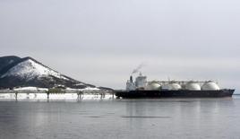 Японский танкер СПГ у завода на Сахалине 18 февраля 2009 года. Китай оказал услугу Японии, заключив $400-миллиардный газовый контракт с Россией, который обещает снижение цен во всем азиатском регионе и возрождает в Японии интерес к строительству газопровода из России. REUTERS/Sergei Karpukhin