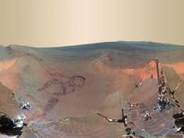 """En la imagen, una vista panorámica de 360 grados de Marte comprimida digitalmente desde 800 imágenes enviadas desde la sonda Opportunity, el 9 de julio de 2012. Estados Unidos debería abandonar su """"postura flexible"""" respecto a misiones humanas más allá de la Tierra, fijar a Marte como su objetivo definitivo y abrir las puertas a China entre otros socios potenciales, dijo el miércoles una revisión sobre el programa de vuelo espacial humano. REUTERS/NASA/JPL-Caltech/Cornell/Arizona State University/Handout. Imagen solo para uso editorial."""