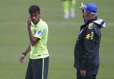 Técnico Luiz Felipe Scolari orienta Neymar durante treino nesta segunda-feira.   REUTERS/Stringer/Brazil/Marcelo Regua