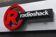 La chaîne américaine de magasins d'électronique grand public RadioShack a annoncé mardi avoir creusé ses pertes au premier trimestre en raison notamment des remises consenties sur les prix des tablettes et des smartphones et de ventes décevantes dans l'électroménager.. /Photo d'archives/REUTERS/Shannon Stapleton