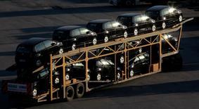 En la imagen nuevos autos son transportados en un camión a Sao do Campo, 29 de abril de 2014. Se espera que Brasil y Argentina firmen el miércoles un nuevo acuerdo que regule el comercio automotor por 12 meses, dijo el martes un portavoz del Ministerio de Comercio de Brasil.   Los autos representan la mitad del intercambio entre los dos vecinos, que han tenido varias disputas comerciales en los últimos años.   REUTERS/Paulo Whitaker
