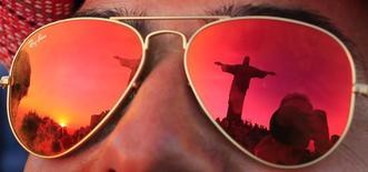 Estátua do Cristo Redentor é refletida em óculos de sol de turista no Rio. REUTERS/Tony Gentile