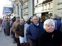 En la imagen clientes esperan para retirar dinero del Banco de la República de Uruguay. El Gobierno uruguayo dijo el martes que lanzó una operación para emitir un bono de largo plazo que le permita recomprar otros de corto plazo, en un intento por mejorar el perfil de sus vencimientos de deuda. REUTERS/Andres Stapff  AS/JP - RTR8M46