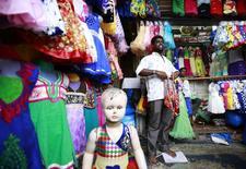 En la imagen un vendedor habla con un comprador en el mercado de Mumbai, 3 de junio de 2014. El crecimiento se está debilitando en las principales economías en desarrollo excepto en India, mientras que el panorama es estable para la mayoría de países desarrollados, dijo el martes la Organización para la Cooperación y el Desarrollo Económicos (OCDE). REUTERS/Danish Siddiqui