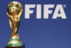 Réplica da taça do Mundial é fotografada na sede da Fifa, em Zurique, em 23 de janeiro de 2014. REUTERS/Thomas Hodel