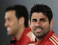 Atacante Diego Costa (D) durante entrevista à imprensa em Curitiba. 10/6/2014.    REUTERS/Henry Romero
