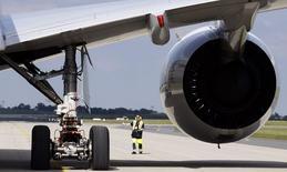 """Airbus, filiale d'Airbus Group, a annoncé mercredi l'annulation par la compagnie Emirates d'une commande de 70 appareils A350 XWB. L'avionneur s'est dit """"très confiant"""" dans le programme A350 XWB, soulignant qu'à six mois de sa mise en service, le carnet de commandes du nouvel avion se montait à 742 commandes fermes /Photo d'arxchives/REUTERS/Tobias Schwarz"""
