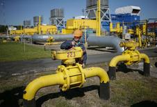 Газовое хранилище близ украинского города Стрый, 21 мая 2014 года. Киев отвергает российское предложение о снижении цены на газ на $100 за 1.000 кубометров и требует пересмотра контракта между Газпромом и Нафтогазом Украины, действующего с 2009 года, сказал премьер-министр Украины Арсений Яценюк на заседании правительства. REUTERS/Gleb Garanich