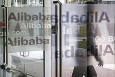 Le géant chinois du commerce électronique Alibaba Group Holding, sur le point de s'introduire en Bourse à New York, a annoncé la prise de contrôle du navigateur pour mobiles UCWeb, une opération présentée comme la plus importante de l'histoire d'internet en Chine. /Photo d'archives/REUTERS/Chance Chan