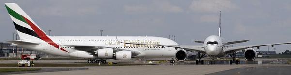 Imagen de un Airbus A380-800 (izquierda) y un Airbus A350-900 a su llegada a Selchow cerca de Schoenefeld al sur de Berlín 19 de mayo de 2014. El fabricante europeo de aviones Airbus sufrió el miércoles un duro revés después de que la aerolínea de Dubai Emirates canceló un pedido de 70 aeronaves A350. REUTERS/Tobias Schwarz