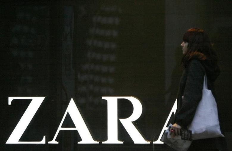 A pedestrian walks past a Zara shop on London's Oxford Street December 11, 2008. Inditex, owner of Spanish fashion chain Zara, reported a 4 percent rise in nine-month net profit on Thursday, missing forecasts but reassuring analysts with an encouraging outlook.  REUTERS/Andrew Winning