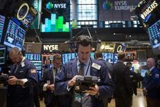 Trabajadores en la Bolsa de Nueva York , 17 de marzo de 2014. Las acciones en la bolsa de Nueva York caían en los primeros negocios del miércoles, ante la falta de motivación para que los inversores sigan comprando cuando los índices se mantienen aún cerca de niveles máximos históricos. REUTERS/Brendan McDermid