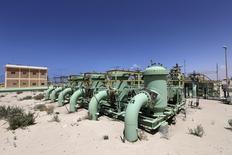Tuberías de la planta de petróleo Zueitina, 7 de abril de 2014. Libia dijo el miércoles que está en capacidad de incrementar su producción de petróleo rápidamente si se logra recuperar el orden en el país, sacudido por protestas y huelgas que han afectado el bombeo del miembro de la OPEP. REUTERS/Esam Omran Al-Fetori