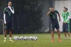 Jogadores da seleção do México Javier Hernandez e Raul Jimenez brincam durante treino em Santos. 11/06/2014.  REUTERS/Ivan Alvarado