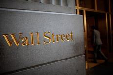 Un logo de Wall Street es visto cerca de la bolsa de Nueva York, 15 de junio de 2012.  Las acciones en la Bolsa de Nueva York cotizaban a la baja el miércoles tras máximos históricos, aunque los analistas estiman que la reciente tendencia alcista del mercado se mantiene intacta. REUTERS/Eric Thayer