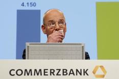 Imagen de Martin Blessing, CEO del Commerzbank, durante la junta de accionistas del grupo en Fráncfort, 8 de mayo de 2014. Commerzbank vendió 5.100 millones de euros (6.940 millones de dólares) en activos inmobiliarios en España, Japón y Portugal, en un intento por eliminar activos de riesgo de su hoja de balance, en uno de los mayores acuerdos de su tipo desde la crisis inmobiliaria de España en el 2008. REUTERS/Ralph Orlowski