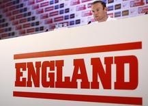 Wayne Rooney, da Inglaterra, fala durante coletiva de imprensa no Rio de Janeiro antes do início da Copa do Mundo. 11/6/14 REUTERS/Darren Staples