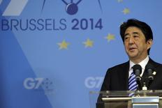 El primer ministro de Japón Shinzo Abe en una rueda de prensa en el marco de la cumbre del G7 en Bruselas, jun 5 2014. Japón planea recortar la tasa del impuesto a las empresas a menos de un 30 por ciento de forma gradual a partir del próximo año fiscal, dijo el jueves una fuente a Reuters, parte del paquete de medidas del primer ministro Shinzo Abe para impulsar el potencial de crecimiento económico del país.   REUTERS/Laurent Dubrule