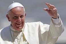 Papa Francisco acena ao público após sua missa semanal na Praça São Pedro, no Vaticano. 11/06/2014.  REUTERS/Giampiero Sposito