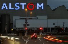 L'allemand Siemens et les japonais Mitsubishi Heavy Industries (MHI) et Hitachi envisagent une offre de rachat de la branche énergie d'Alstom qui maintiendrait une présence du français dans ce secteur. /Photo d'archives/REUTERS/Arnd Wiegmann