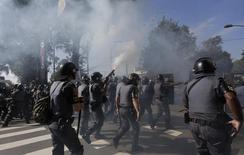 Polícia lança bomba de gás contra manifestantes em São Paulo. 12/06/2014 REUTERS/Ricardo Moraes