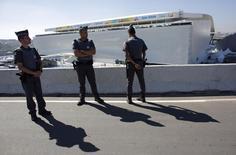 Policiais fazem a guarda nos arredores da Arena Corinthians, antes da abertura da Copa do Mundo, em São Paulo. 12/6/2014 REUTERS/Murad Sezer