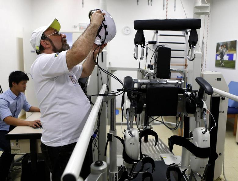 Brazilian neuroscientist Miguel Nicolelis works in his robotic laboratory in Sao Paulo May 21, 2014.  REUTERS/Paulo Whitaker