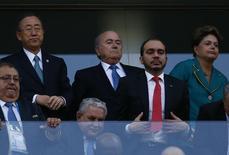 A presidente do Brasil, Dilma Rousseff, ao lado do presidente da Fifa, Sepp Blatter (acima no meio), e o secretário-geral das Nações Unidas, Ban Ki-monn (acima à esquerda) assiste à partida entre Brasil e Croácia na Arena Corinthians, em São Paulo. 12/6/2014 REUTERS/Kai Pfaffenbach