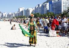 Mulher dança ao lado de fila para entrar em Fan Fest da Fifa em Copacabana, antes da partida inicial da Copa do Mundo entre Brasil e Croácia. 12/6/2014 REUTERS/Darren Staples