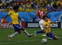 Jogador brasileiro Marcelo faz gol contra em jogo contra Croácia, na abertura da Copa do Mundo em São Paulo. 12/6/2014 REUTERS/Ivan Alvarado