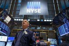 Unos operadores en la bolsa de comercio de Nueva York, jun 10 2014. Las acciones cerraron en baja el jueves en la bolsa de Nueva York al intensificarse las preocupaciones por la situación en Irak y después de conocerse datos económicos sobre consumo y mercado laboral que decepcionaron.  REUTERS/Brendan McDermid